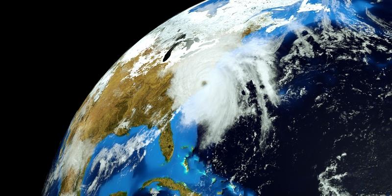 Detailní ilustrace hurikánu blížícího se k zemi.