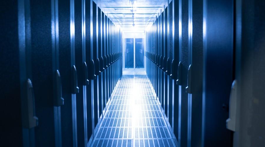 Digitální pohled na datové centrum plné vysokorychlostních stojanových serverů a superpočítačů.